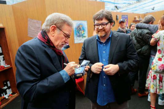 Steven Spielberg signe un autographe pour Ernest Cline, à Los Angeles, le 16 mars 2018.
