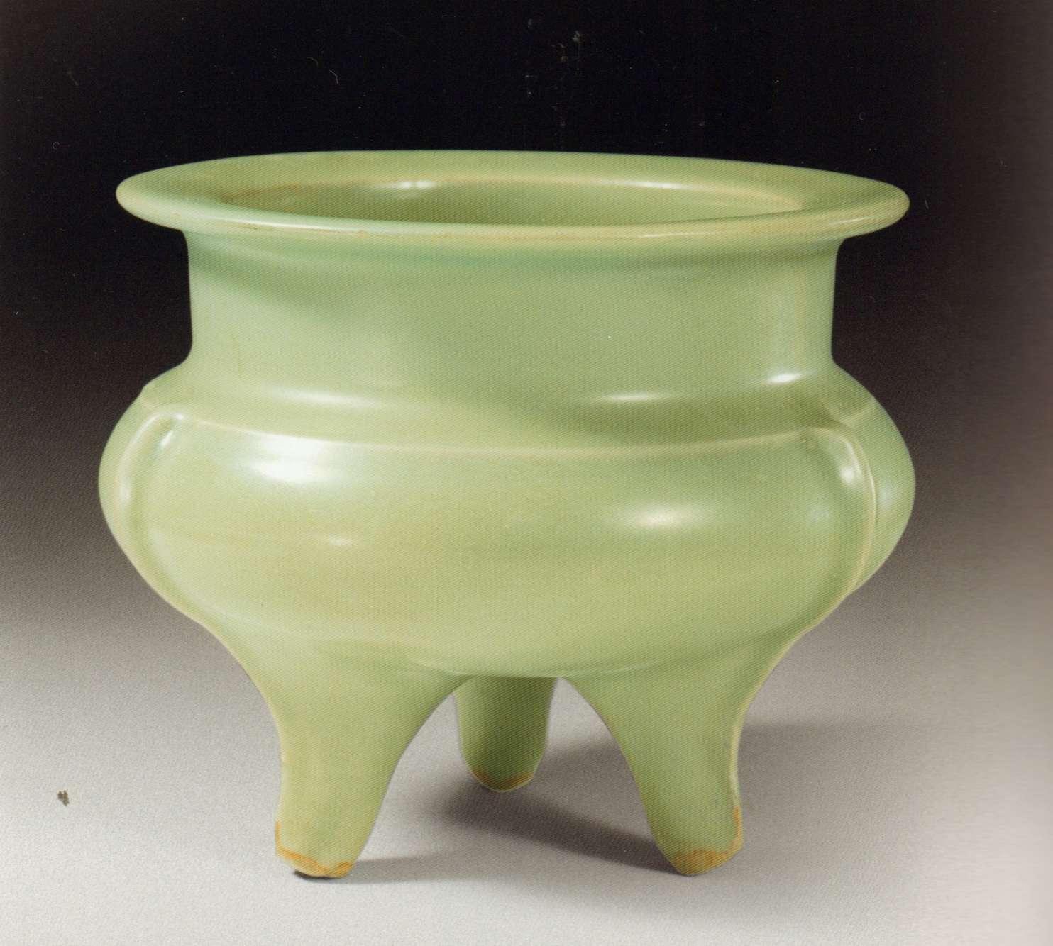 «Sous la dynastie Song, les pratiques de l'encens sont influencées par la culture lettrée qui favorise aussi bien les recherches sur les matières parfumées que sur les procédés de composition des parfums. Ce type de brûle-parfum, aux formes simples inspirées des bronzes antiques, est représentatif de ce goût lettré.»