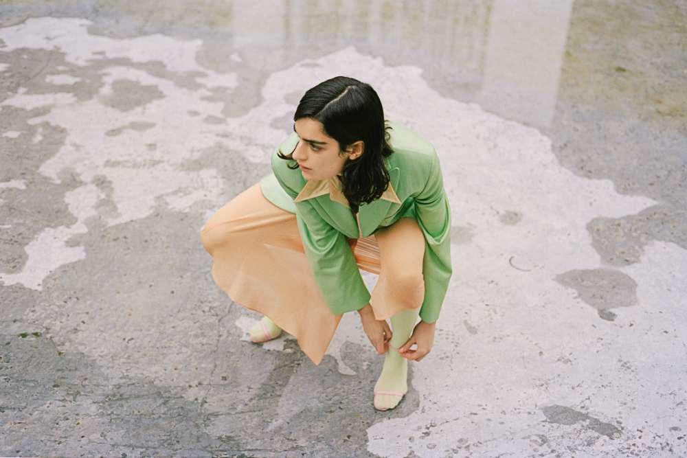 Veste en viscose et chemise en Nylon, Acne Studios. Jupe en mousseline de soie, Véronique Leroy.