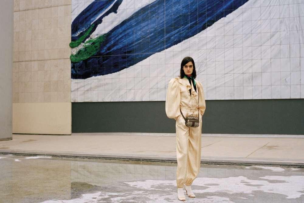 Chemisier, pantalon et foulard en soie, sac en toile monogrammée et cuir, Gucci. Sandales en cuir, Nina Ricci.