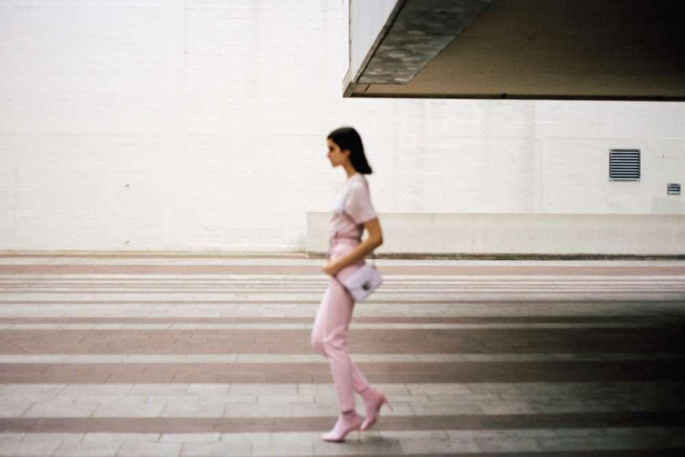 T-shirt en coton, ceinture en cuir et pantalon en coton, Versace. Sac Pillage héritagé en cuir, Longchamp. Sandales en cuir, Nina Ricci.