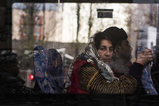 Les Roms, ici lors d'une évacuation de la police le 28novembre 2017, restent la minorité la plus mal perçue dans l'enquête de la CNCDH.