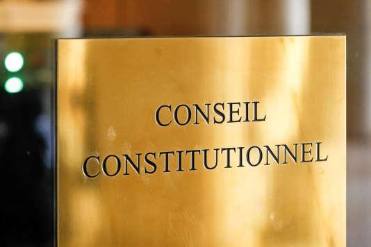 La plaque devant l'entrée du Conseil constitutionnel, à Paris, le 7 mars 2017.