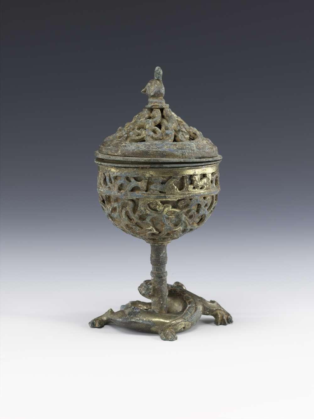 «Les premiers modèles de brûle-parfums connus en Chine s'inspirent de coupes à pied munies d'un couvercle utilisées pour la présentation de liquides lors de cérémonies. A la fin des Royaumes combattants (453-221 av. J.-C.), cette forme de coupe est détournée pour devenir un brûle-parfum grâce à un couvercle ajouré, laissant s'échapper les fumées odorantes.»