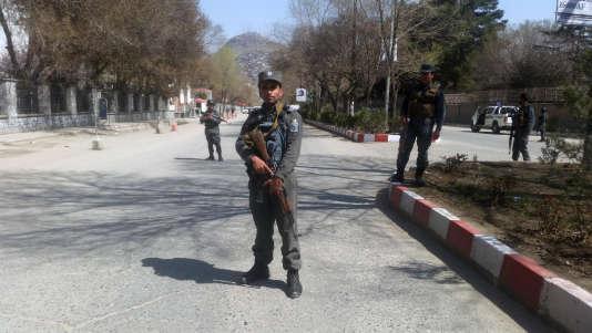 La police est intervenue sur le lieu de l'explosion, devant l'université de Kaboul.