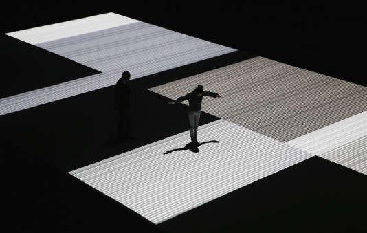 Une femme joue avec son ombre sur «Test Pattern», une installation de l'artiste japonais Ryoji Ikeda, lors du festival Vivid, à Sydney, en2013.