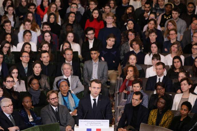 « Il n'existe pas d'écrivains francophones. On n'écrit pas le francophone»(Photo : Emmanuel Macron, le 20 mars, devant, entre autres, des membres de l'Académie française à l'Institut).