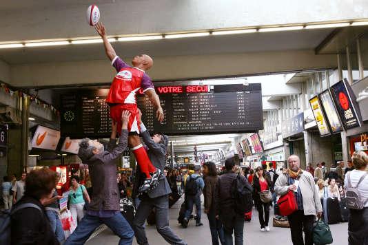Une statue représentant le rugby, en juillet 2007, gare Montparnasse, à Paris.