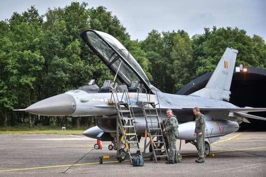 Le ministre belge de la défense, Steven Vandeput (à gauche), s'apprête à embarquer à bord d'un avion de chasse F-16 pour un vol d'essai, en juillet 2015, à Peer (Flandre).