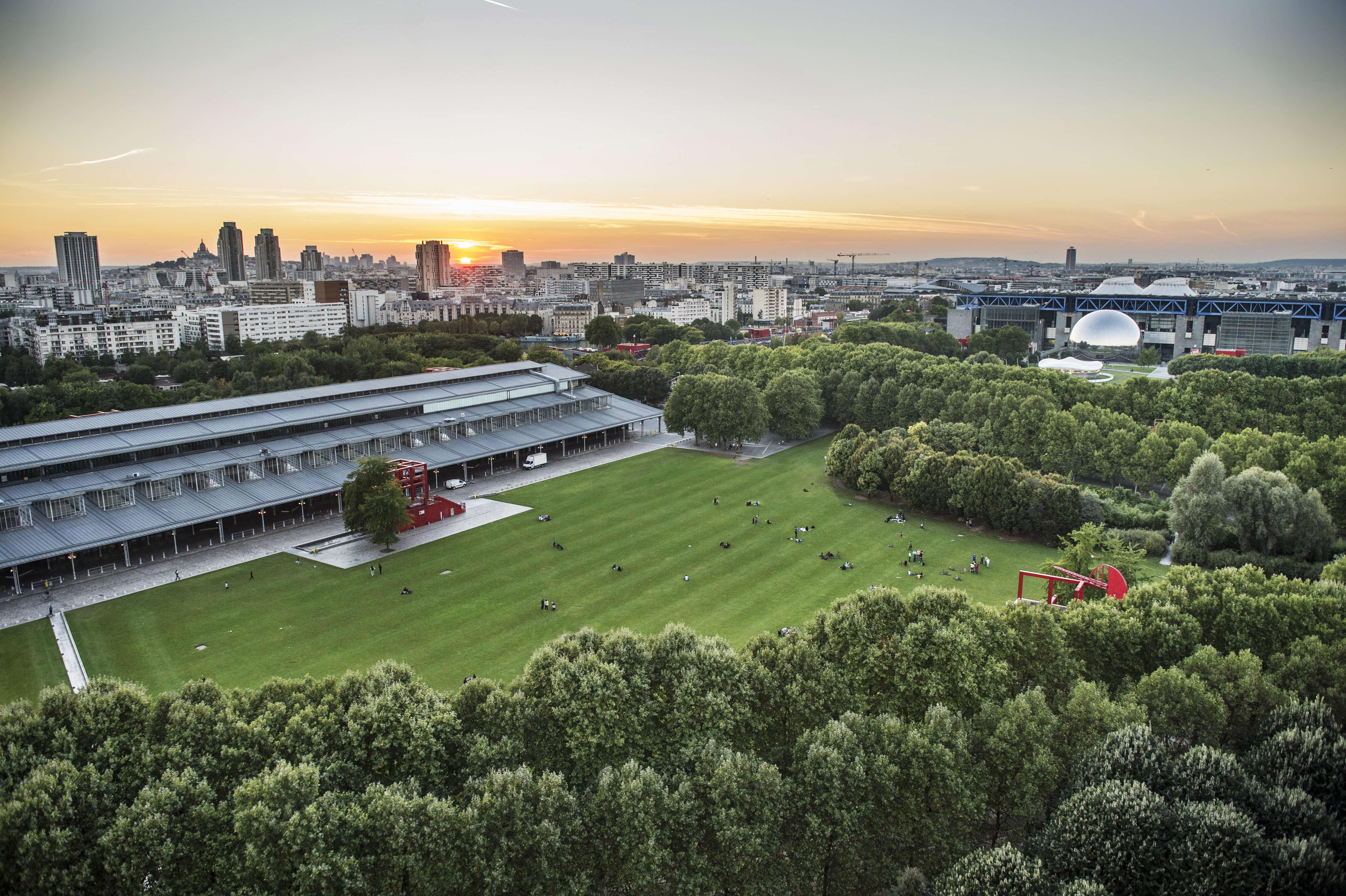 Le parc de La Villette avec ses 55 hectares serait considéré comme un espace unique en Europe, accueillant près de 10 millions de visiteurs chaque année. La prairie du triangle est le lieu de multiples projections avec le célèbre Festival de cinéma en plein air, créé il y a 25 ans.