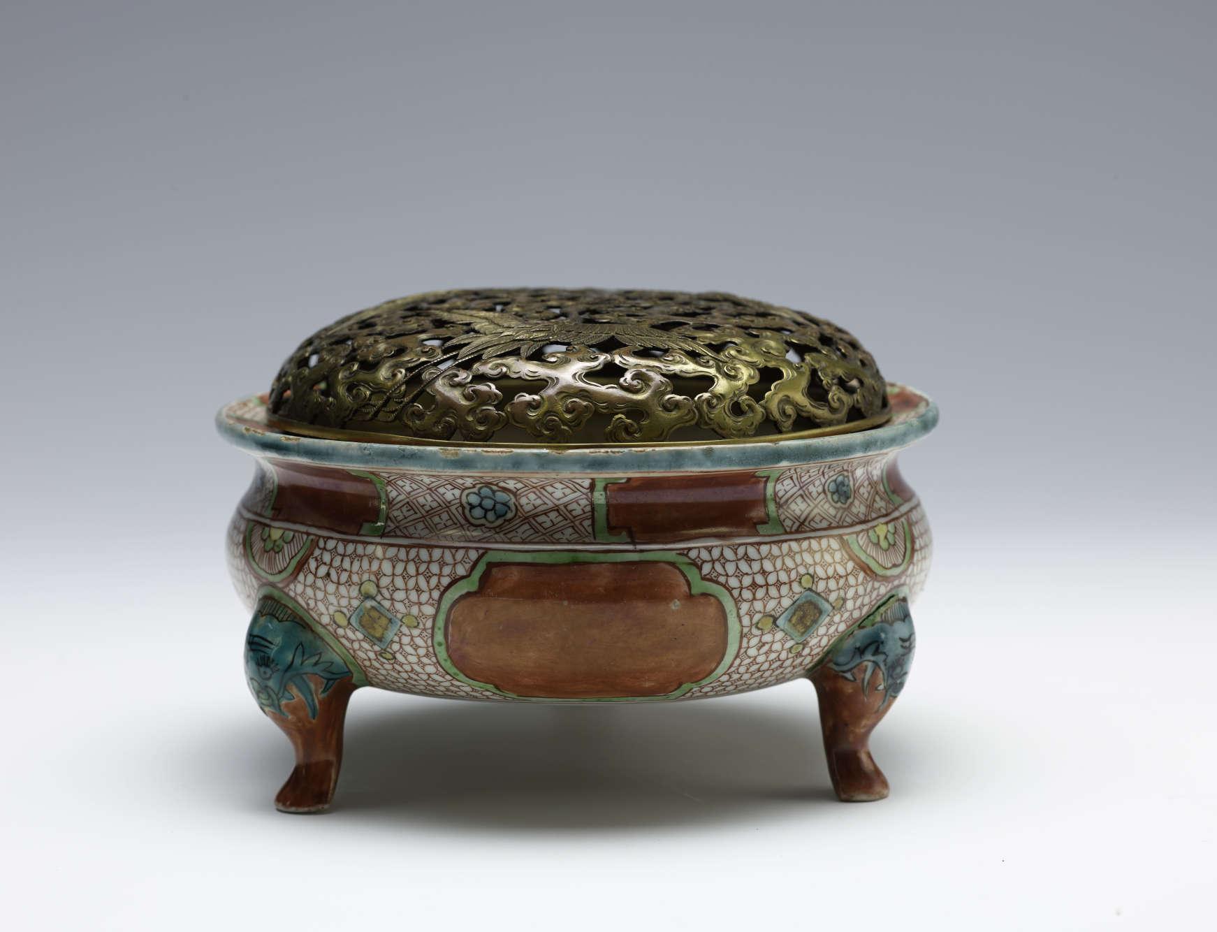 «Les matières parfumées et les pratiques de l'encens voyagent à travers l'Asie. Ce brûle-parfum, créé en Chine, a ainsi été agrémenté d'un couvercle ajouré au décor animalier par des artisans japonais.»