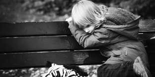 La dévalorisation intervient le plus souvent à partir de 8 ans, à un âge où le regard de ses pairs est essentiel.