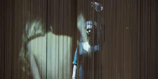 Dans« Ithaque», de Christiane Jatahy, le vaste plateau des Ateliers Berthier est séparé en deux par un immense et double rideau de fil scintillant.