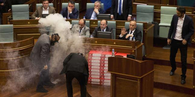 Du gaz lacrymogène a été jeté, le 21 mars, en pleine séance du parlement kosovar, pour empêcher la ratification d'une nouvelle délimitation de la frontière avec le Monténégro.