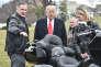 Donald Trump et Matthew Levatich, le PDG d'Harley Davidson, le 2 février 2017, devant la Maison Blanche.