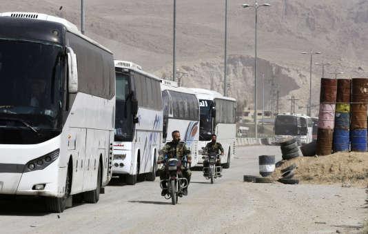 Les bus affrétés pour l'évacuation des islamistes d'Ahrar Al-Cham, le 22 mars dans la Ghouta orientale.