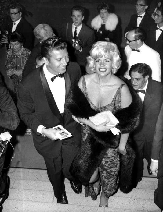 Jayne Mansfield au bras de son mari, Mike Hagerty, lors de la cérémonie d'ouverture du Festival international du film de Berlin en 1955.
