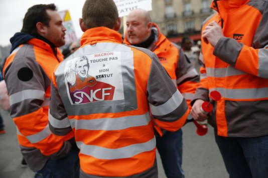 Au départ du cortège des cheminots, gare de l'Est, à Paris, vers 12 h 30, le 22 mars.