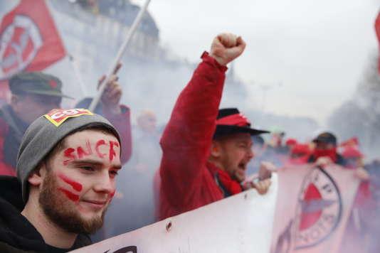 Manifestation nationale des cheminots contre le projet de réforme de leur statut, à Paris le 22 mars.