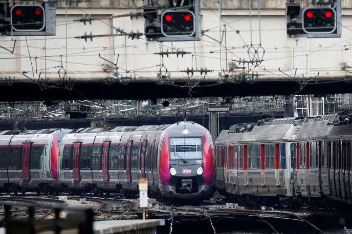 Un train arrive gare Saint-Lazare à Paris, le 22 mars.