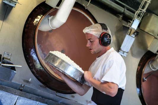 Pendant la visite de la fabrique, on peut voir Edouard tamiser les Anis de Flavigny.