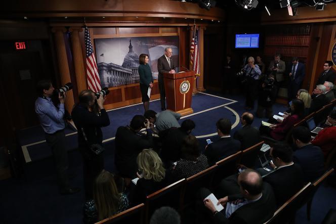 Les chefs de file de la minorité démocrate au Sénat, Chuck Schumer, et à la Chambre des représentants, Nancy Pelosi, lors d'une conférence de presse au Capitole, à Washington, le 22 mars.