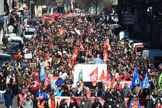 A Marseille, plus de 10 000 personnes ont défilé jeudi 22 mars pour dénoncer la politique gouvernementale.