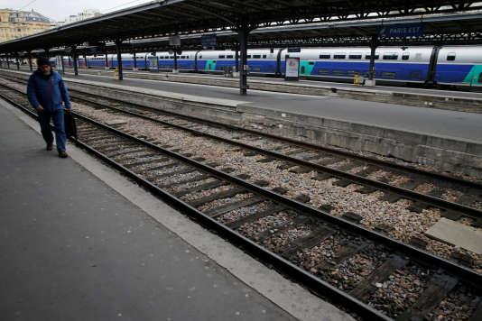 Sur un quai de la gare de l'Est, à Paris, le 22 mars, jour de la manifestation nationale des cheminots contre le projet de réforme de la SNCF.