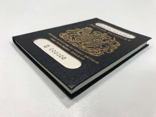 Le passeport originel britannique, avant qu'il ne soit remplacé par le passeport européen bordeaux.
