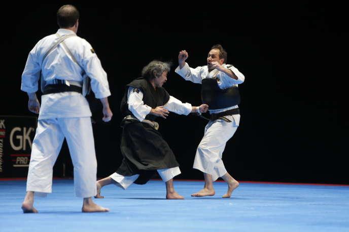 Maître Aosaka effectue une démonstration de son art martial, le shorinji kempo.