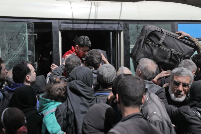 Evacuation de civils syriens de la Ghouta orientale, le 22 mars 2018.