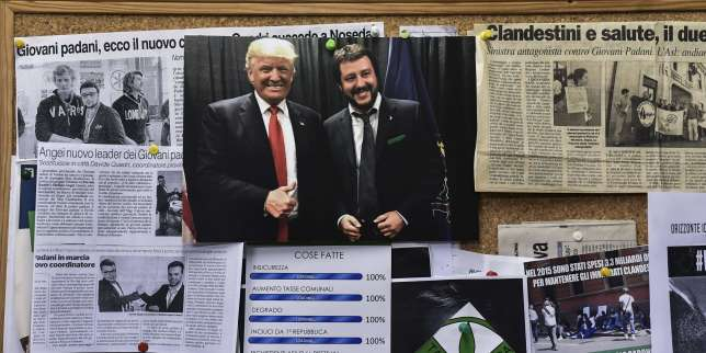 Une photo de Matteo Salvini, le dirigeant de la Ligue, posant avec Donald Trump, dans les locaux du parti, à Varese, en Lombardie, le 7 mars.