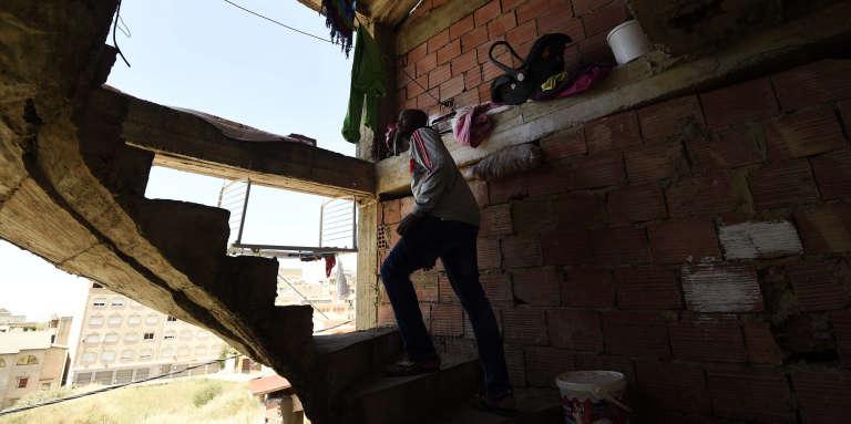 Un immigré subsaharien dans un immeuble inachevé à Alger, en 2016.
