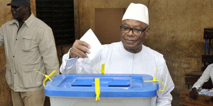 Le président malien, Ibrahim Boubacar Keïta, dans un bureau de vote à Bamako lors des élections municipales du 20novembre 2016.