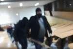 Capture d'écran vidéo de l'évacuation violente des occupants de la faculté de droit de Montpellier.