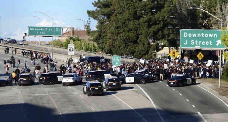 Les manifestants se sont rendus de l'hôtel de ville de Sacramento à l'Interstate 5, qu'ils ont bloquée.