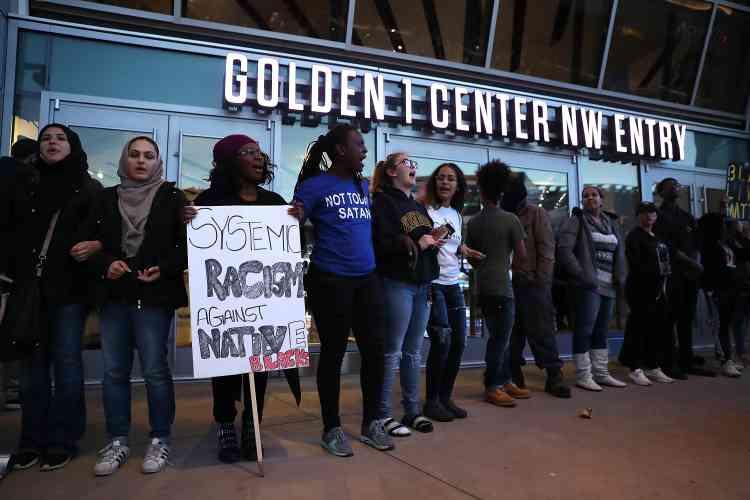 Ensuite, ils se sont rendus au stade Golden 1 Center, où un match de NBA opposait lesKings de Sacramento aux Hawks d'Atlanta.
