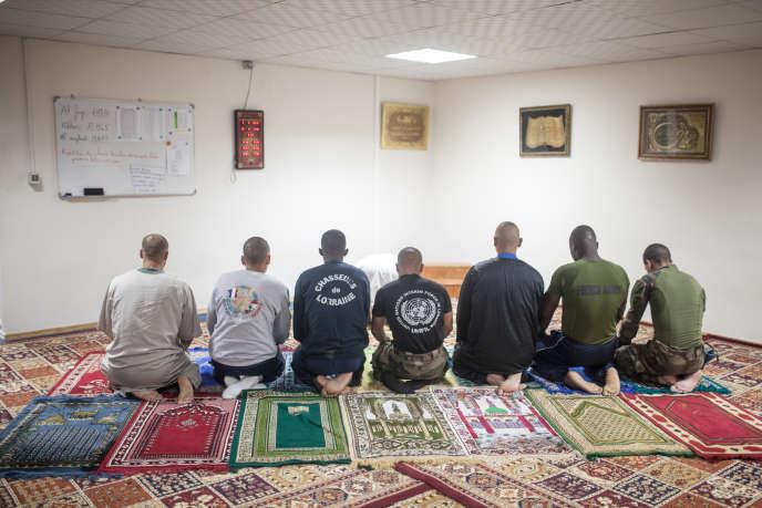 Des soldats français lors de la prière sur une base de la Force intérimaire des Nations unies au Liban, à Deir Kifa, en juin 2015.