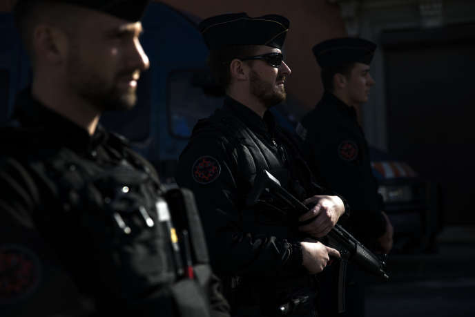 Des policiers en faction à Trèbes, le 23 mars 2018