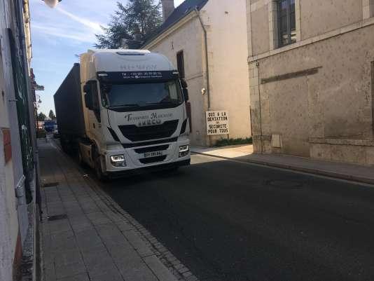 Cinq cents camions empruntent quotidiennement l'artère centrale de Chémery (Loir-et-Cher).