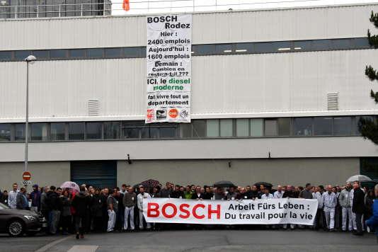 Des employés de l'entreprise Bosch d'Onet-le-Château (Aveyron) manifestent, le 26 janvier, alors que le site est menacé de fermeture.