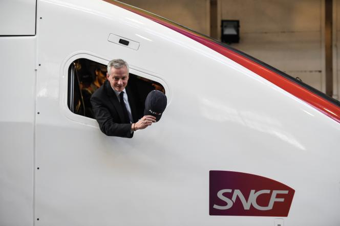 Bruno Le Maire à bord d'une rame de TGV d'Alstom, le 26 octobre 2017 à Belfort.