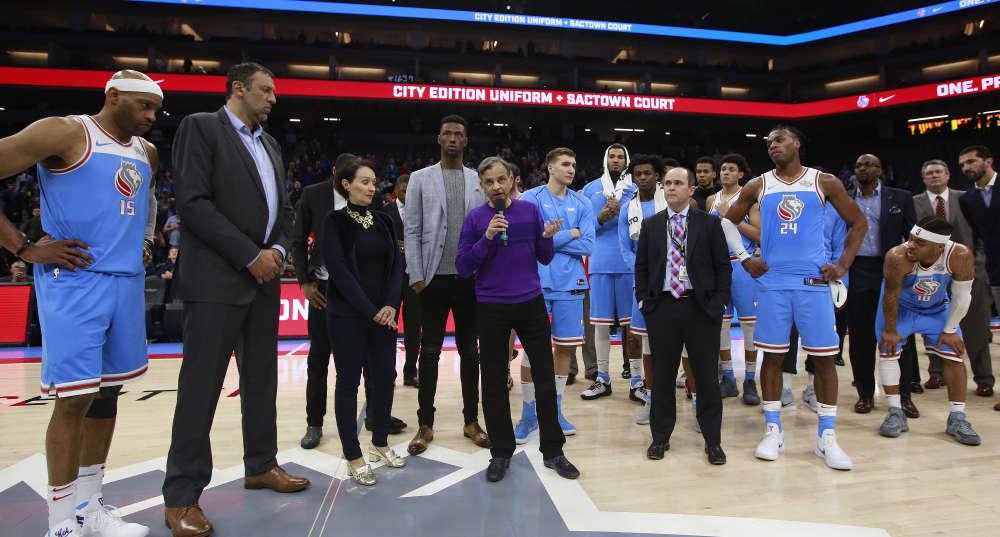 Vivek Ranadive, le propriétaire de l'équipe des Kings s'est adressé au public, pour exprimer son soutien à la famille de Stephon Clark.