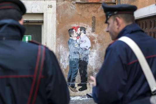Une peinture murale montrant le chef de file du Mouvement 5 étoiles, Luigi di Maio, embrassant celui de la Ligue,Matteo Salvini, le 23 mars.