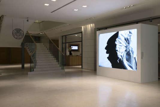 Un accrochage d'une vidéo d'Alain Fleischer dans le hall de la Banque Neuflize OBC.