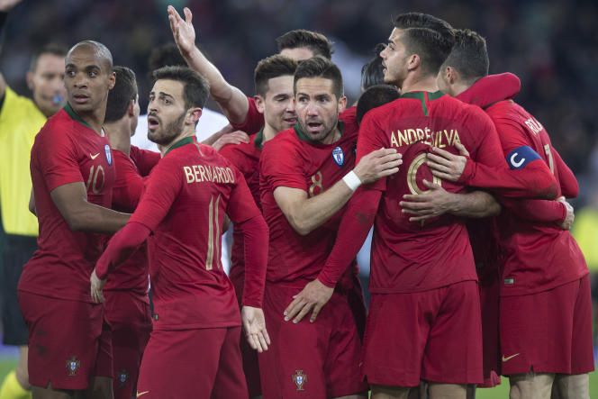 Les Portugais célèbrent – au hasard – un but de Cristiano Ronaldo.