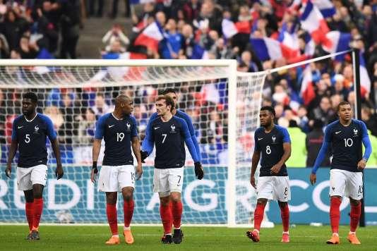 Les joueurs de l'équipe de France après leur défaite face à la Colombie, le 23 mars au Stade de France.