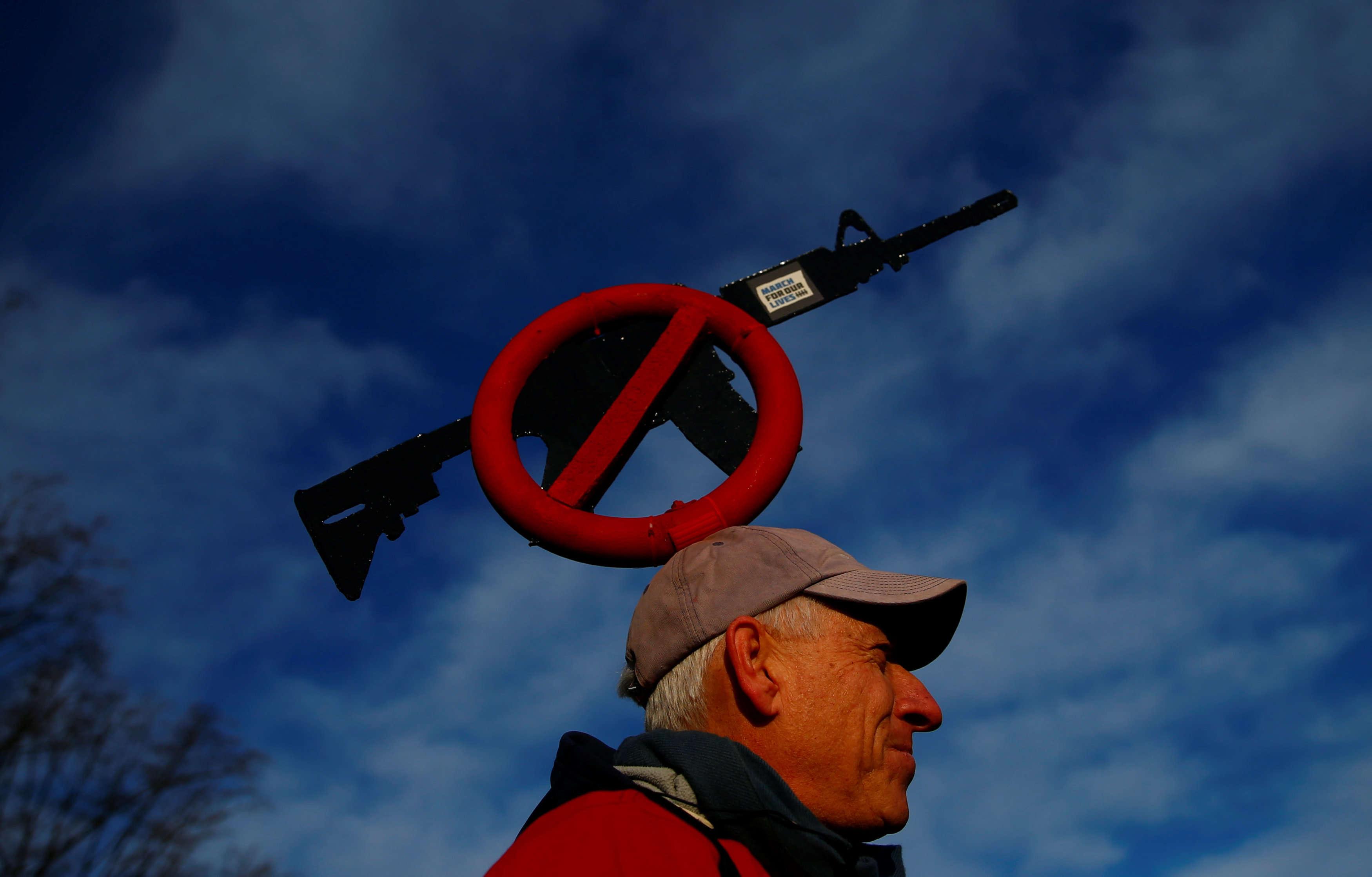 Les armes font plus de 30 000 morts par an aux Etats-Unis, où la jeunesse scolarisée est parfois présentée comme la «génération mass shooting» ou la «génération Columbine», du nom d'une école secondaire du Colorado où deux élèves ont tué douze de leurs camarades de classe et un professeur en 1999.