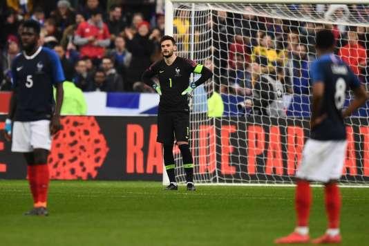 Samuel Umtiti, Hugo Lloris et Thomas Lemar paraissent abattus au terme du match perdu face à la Colombie, vendredi 23 mars à Saint-Denis. AFP / FRANCK FIFE