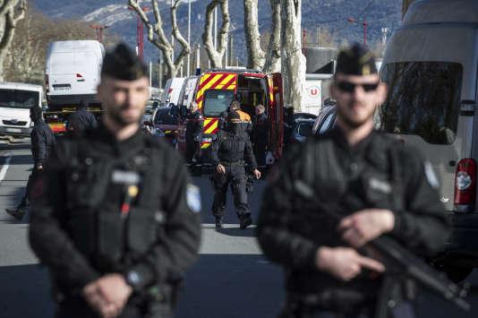 Devant le Super U de Trèbes (Aude), après la prise d'otages, le vendredi 23 mars.
